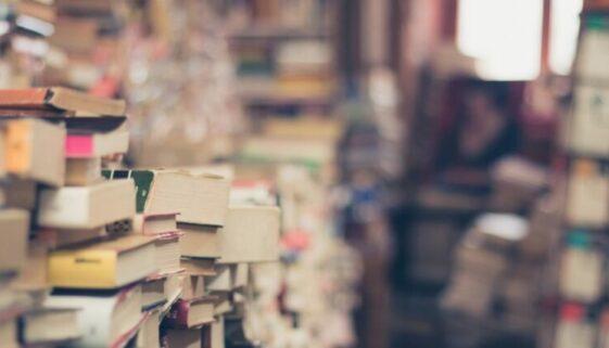 Stapel antiquarischer Bücher