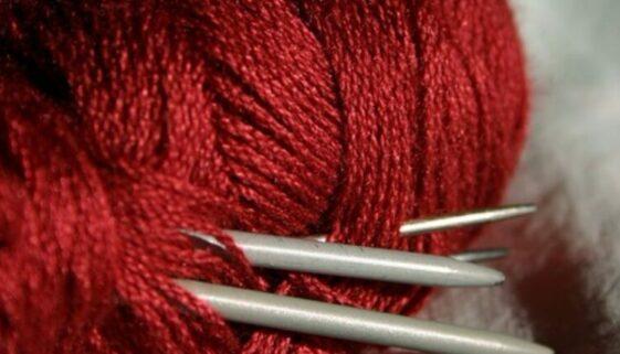 Wolle & Stricknadeln
