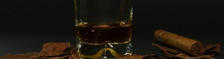 Whiskey-Glas und Zigarre